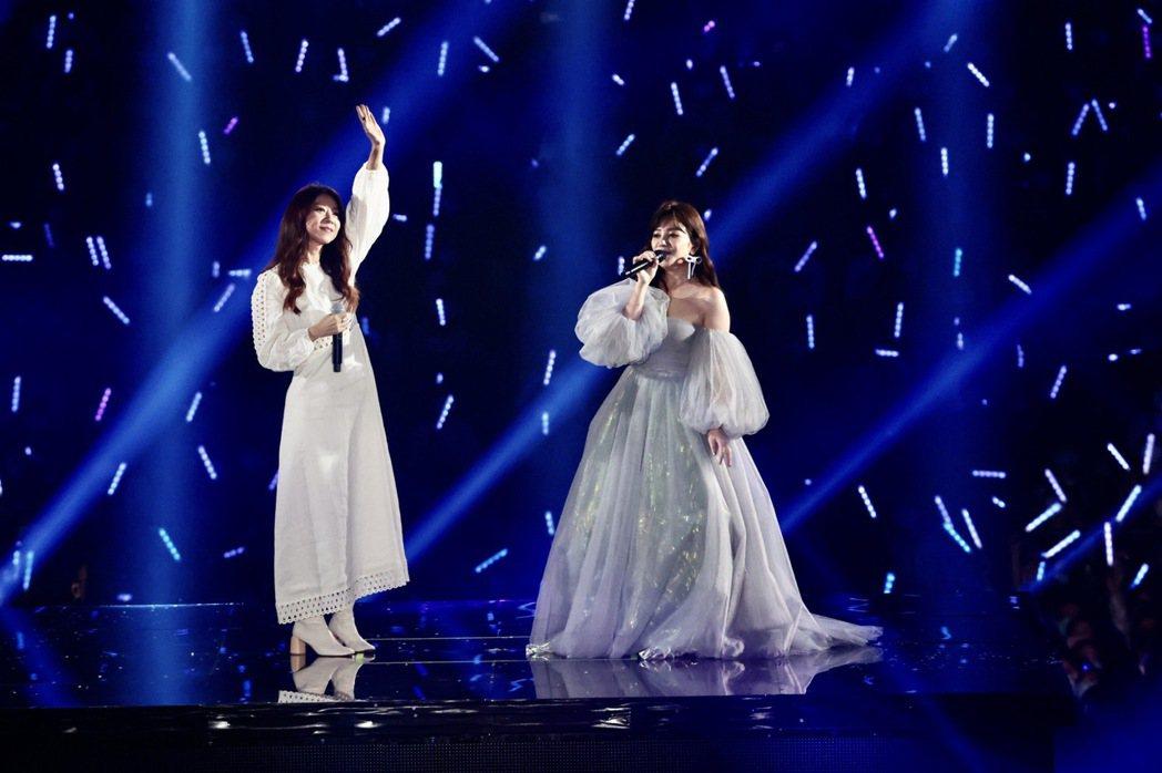 情歌天后梁靜茹與嘉賓陳綺貞合唱「我喜歡上你時的內心活動」。記者黃義書/攝影