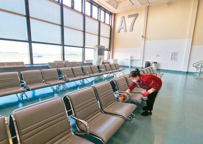 華航一架從英國載送120名旅客的班機將於今晚抵台,指揮中心發言人莊人祥表示,旅客入境後,凡是曾有症狀的都會當場採檢,有發燒者將送醫,其餘一律到集中檢疫所採檢。記者鄭超文/攝影