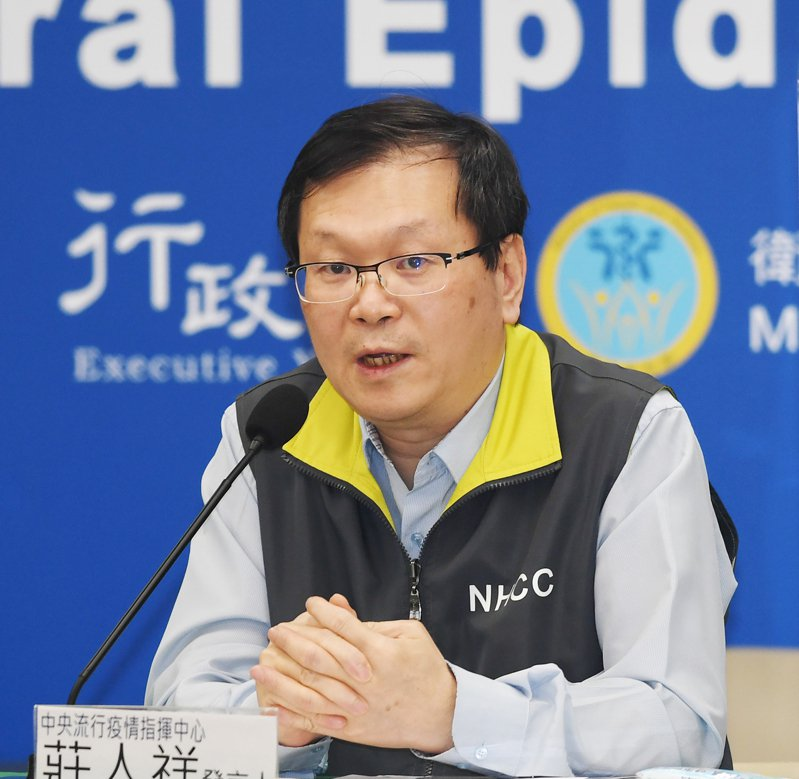 中央流行疫情指揮中心發言人莊人祥(圖)今天表示,為誠實面對機組員防疫破口,將以居家檢疫7天後採檢來堵漏。中央社