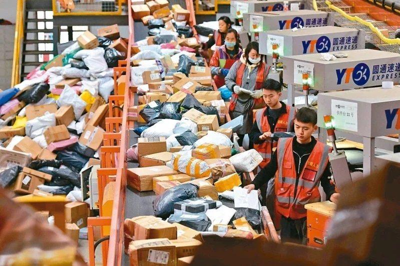 今年雙十一購物節有大批頂單湧入,導致物流嚴重塞車。(新華社)