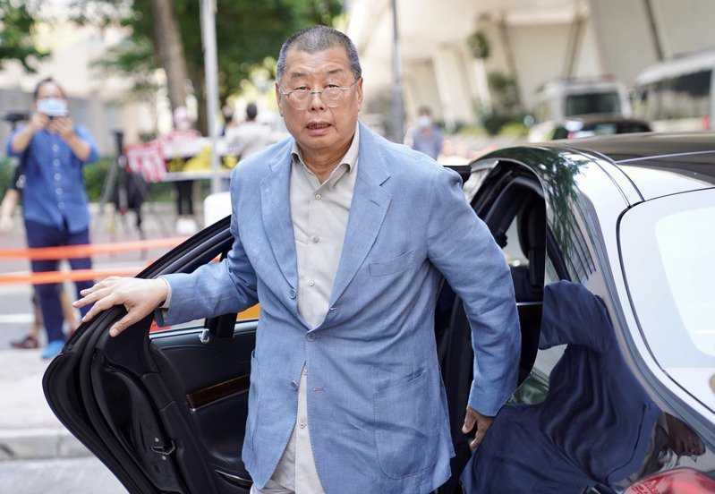 香港壹傳媒創辦人黎智英5月5日抵達西九龍裁判法院,為其遭指控涉嫌參與未經批准集結案件出庭。(新華社)