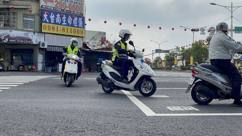 台南市交通警察大隊指出,如內側車道禁行機車、3個車道以上及設有待轉區標示,機車騎士要左轉時,就必須採二段式左轉。記者邵心杰/攝影