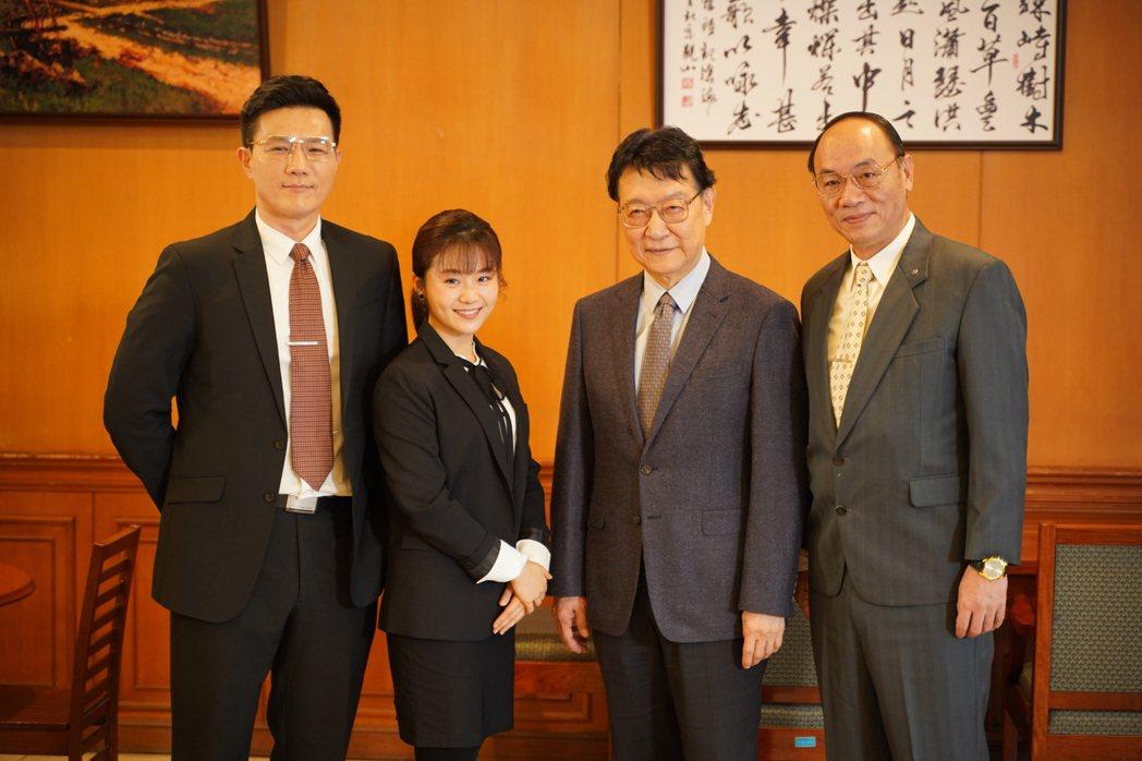 蔣偉文(左起)、楊小黎、趙少康、王自強拍攝「國際橋牌社2」。圖/國際橋牌社劇組提...