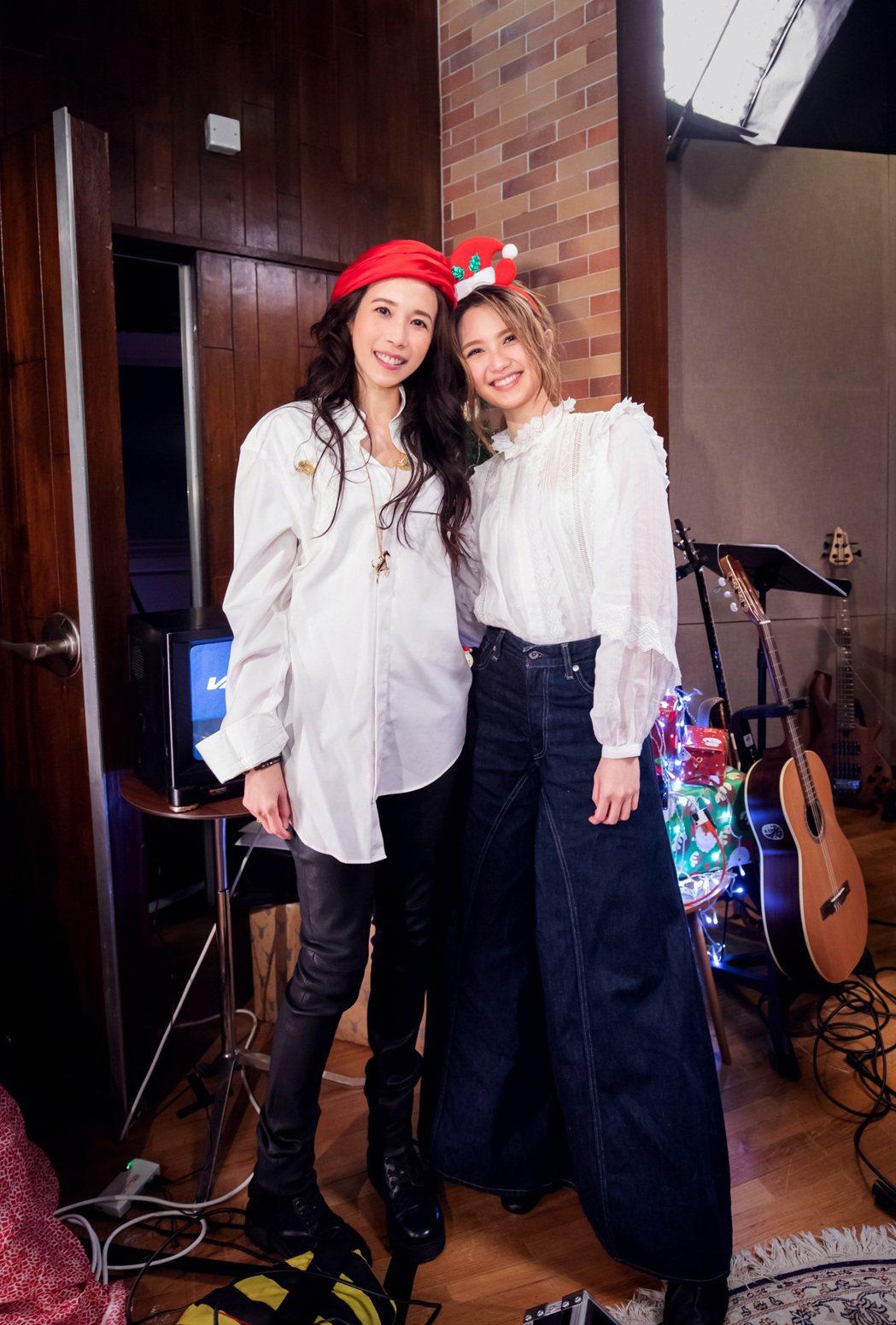 莫文蔚(左)邀請師妹黃妍擔任和聲。圖/莫家寶貝工作室提供