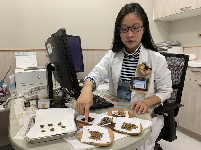中醫師鄒曉玲表示,冬季利用溫陽通絡的中藥製作藥餅,敷貼在相對應的穴位上,即冬季三...