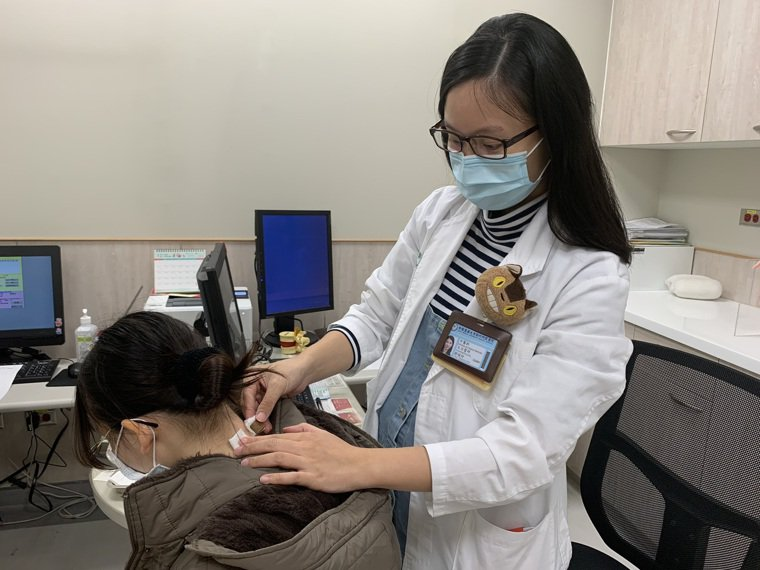 中醫師鄒曉玲表示,冬季三九貼可以達到溫肺祛寒的功效,降低鼻過敏與氣喘症狀的嚴重度...