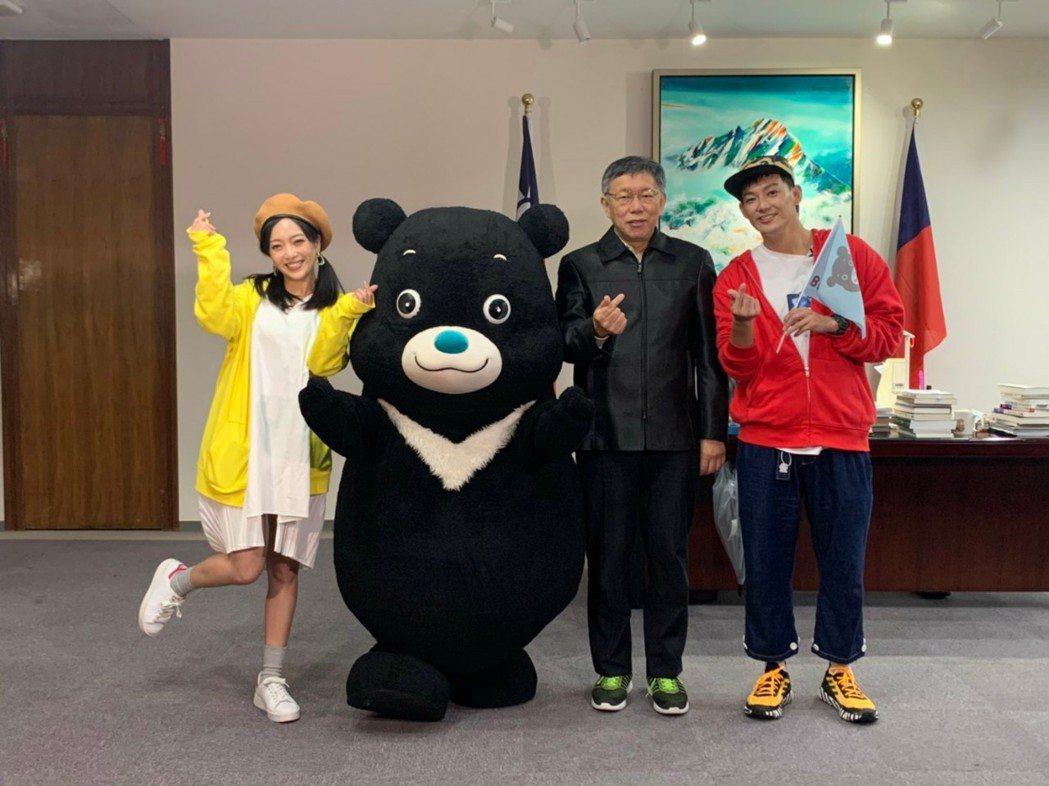 威廉(右)、貝童彤(左)訪問台北市長柯文哲(中)。圖/TVBS提供