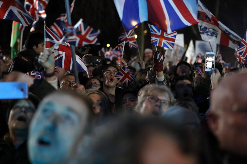 今年1月31日英國名義上脫離歐盟之日,支持脫歐的民眾在倫敦集會慶祝。美聯社
