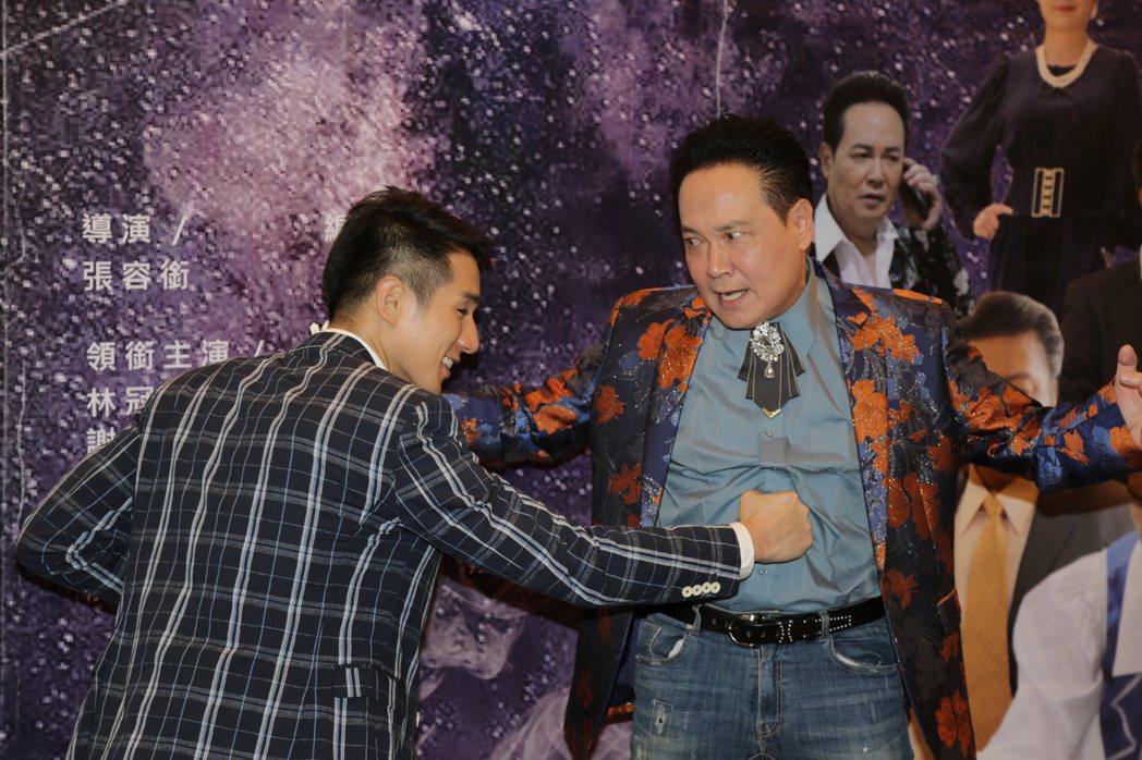 孟飛(右)首度與兒子孟翔(左)同台飆戲,果然虎父無犬子。圖/銜藝文化提供