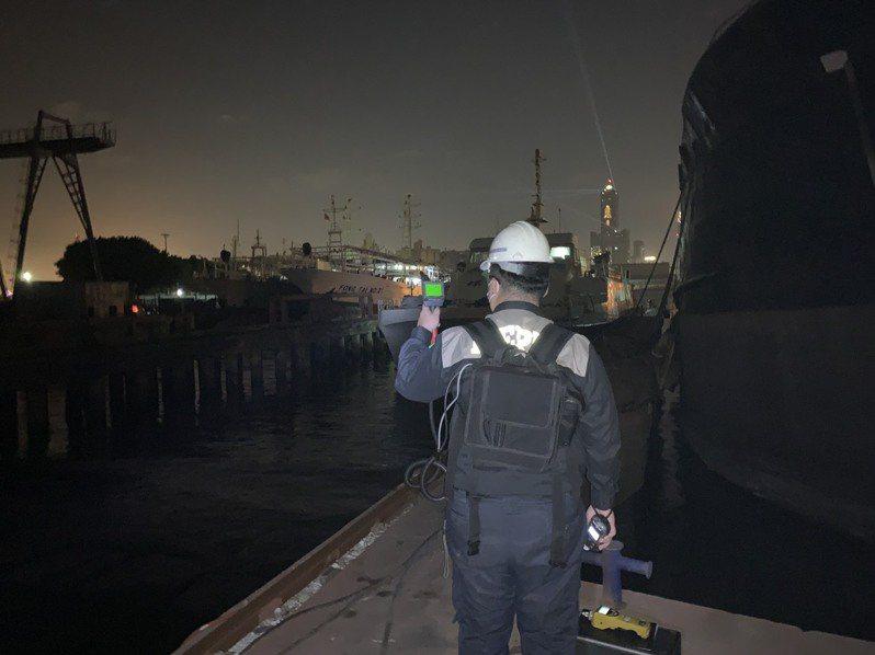 漁船「豐泰21號」昨晚發生氨氣外洩意外,高雄市環保局表示,會依違反空汙法裁處10萬至500萬元。圖/高雄市環保局提供