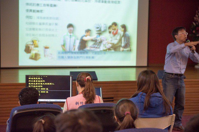 針對聽障者學習和溝通的需求,國外有些大學會提供輔助方法協助聽障生,國內也有地方政府提供同步聽打服務,讓聽障者即時獲得資訊。圖/新竹市府提供