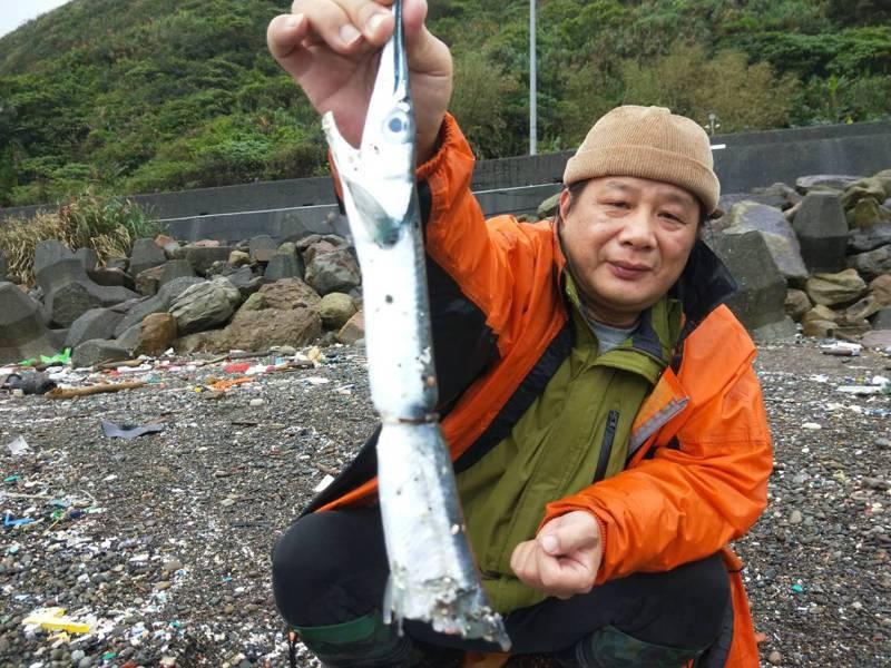 塑膠環嵌魚肚卡死取不下來,灘灘志工陳信助說,是海廢最諷刺印記。記者游明煌/攝影