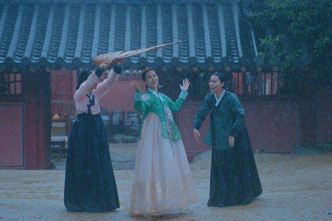 韓國古裝喜劇「哲仁王后」收視率再創新高,從現代靈魂穿越到古代的申惠善竟在皇宮中跳起BLACKPINK的夯曲「DDU-DU DDU-DU」,搞笑畫面讓收視率再度刷新紀錄,衝到11.337%,成為tvN...