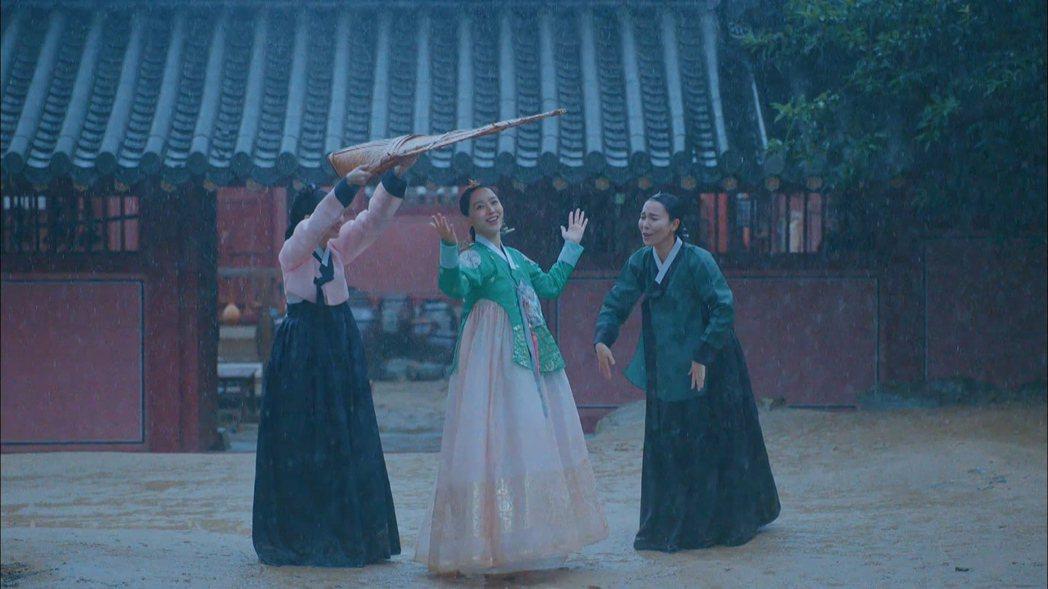 申惠善在雨中手舞足蹈。圖/friDay影音提供