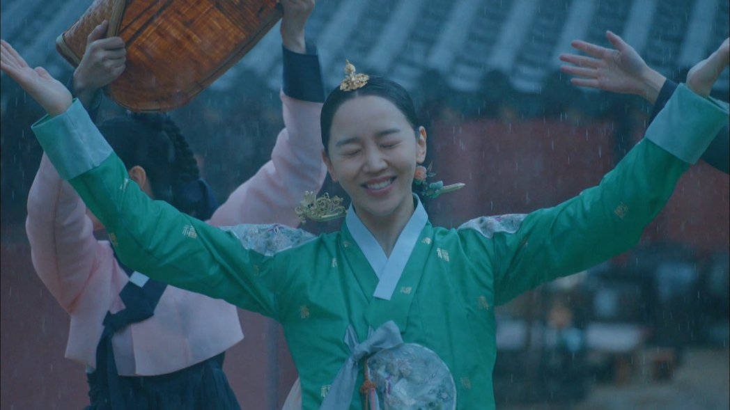 申惠善在雨中大跳BLACKPINK舞蹈。圖/friDay影音提供
