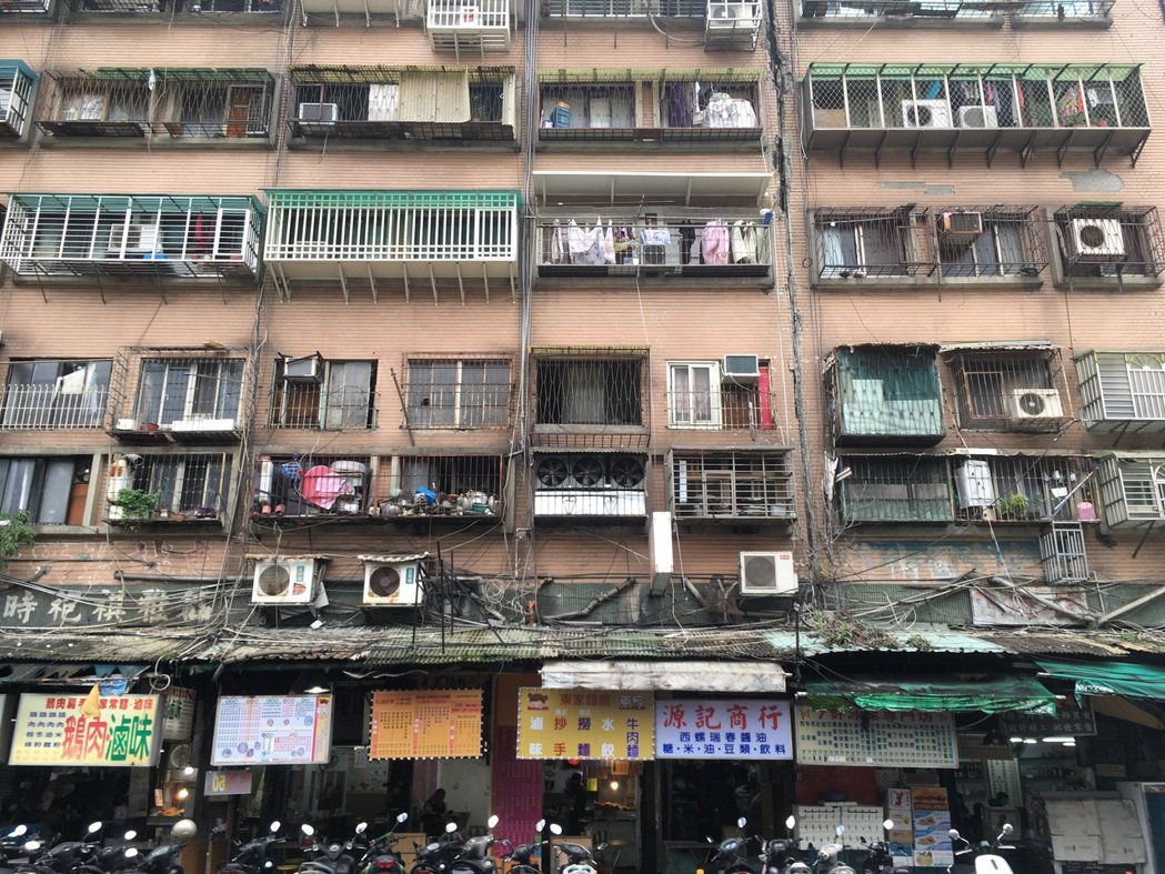 大安區信維整宅年久失修,卻遲遲無法都更,成為「都市之瘤」。記者胡瑞玲/攝影