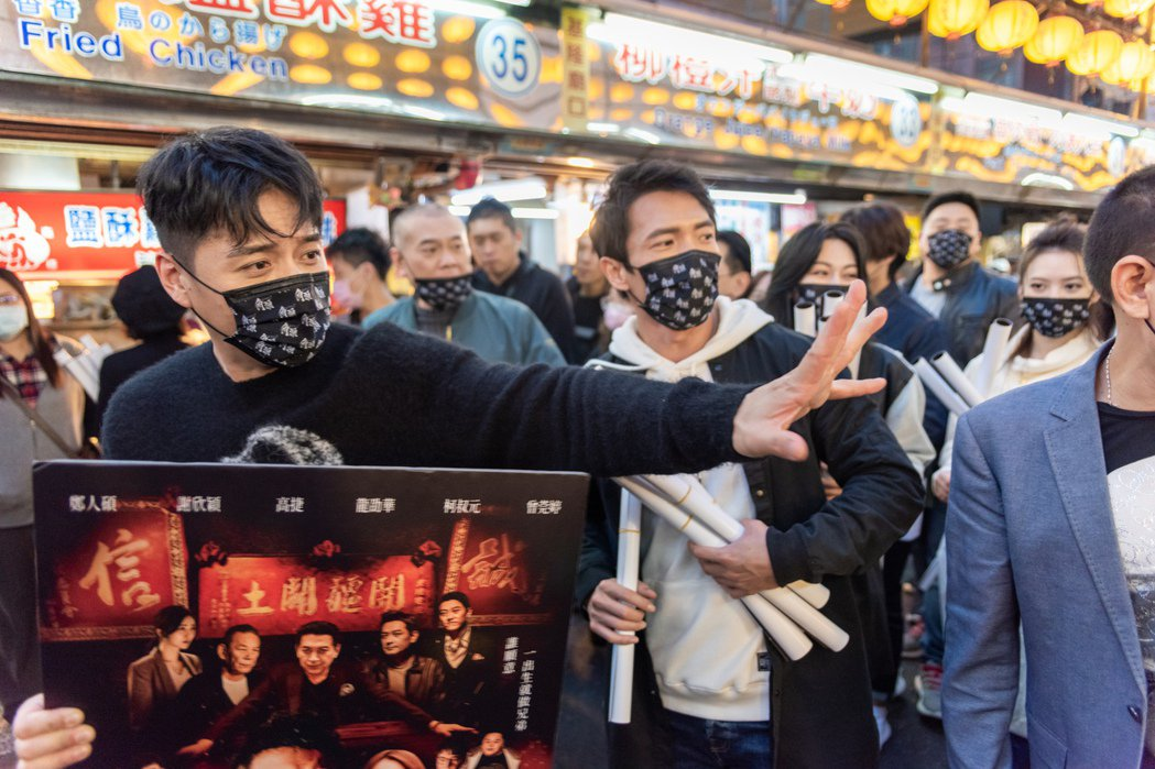 角頭外傳「角頭-浪流連」演員大集合,在基隆廟口宣傳電影。圖/齊石傳播提供