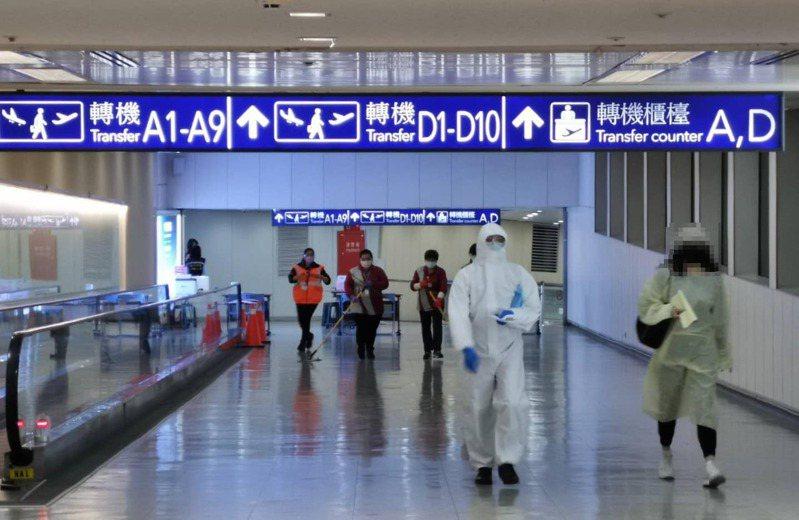 今天傍晚來自英國的華航班機、載著114名旅客、13位機組員,降落在桃園機場。圖/取自交通部長林佳龍臉書