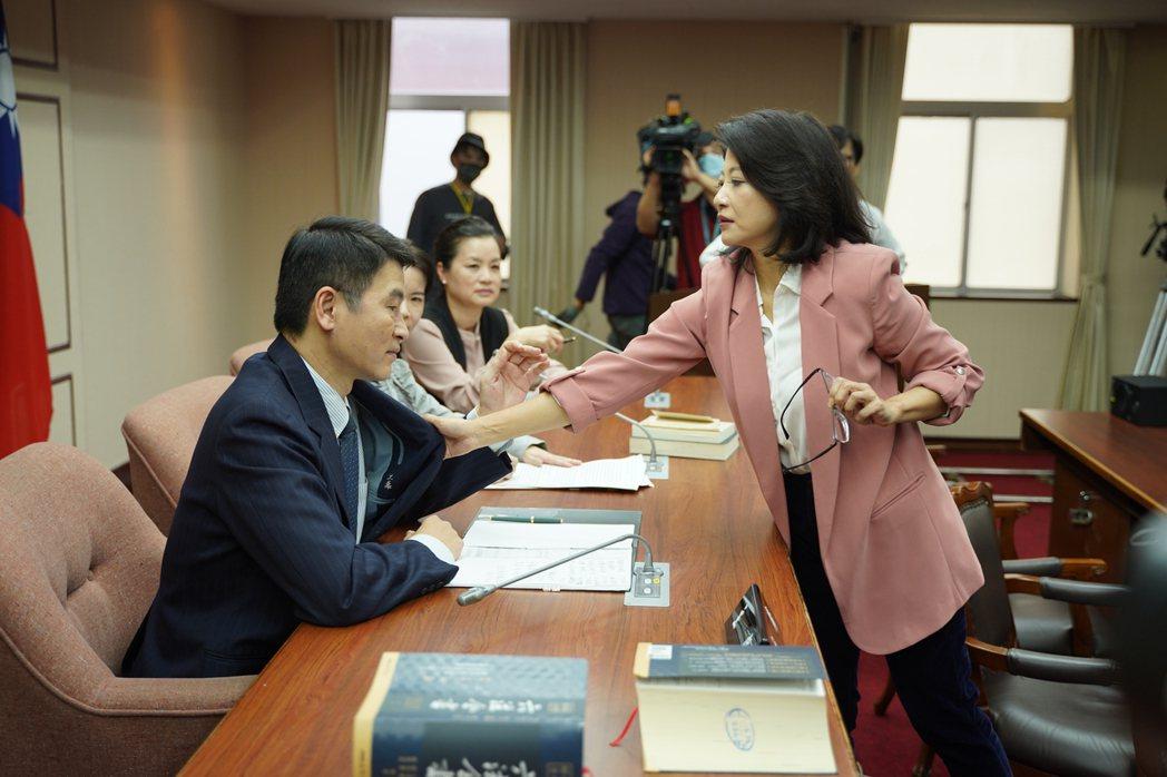 立委林楚茵(右)與議員梁文傑夫妻檔客串「國際橋牌社2」,上演全武行。圖/國際橋牌
