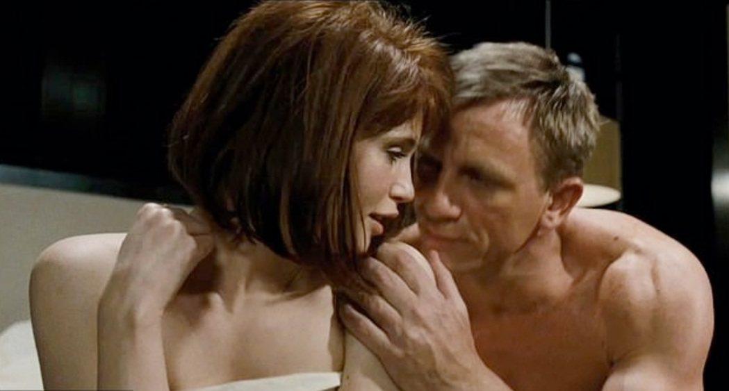 潔瑪艾特頓(左)在「007:量子危機」與丹尼爾克雷格有親熱對手戲。圖/摘自imd...