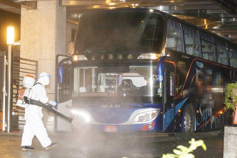 旅客抵達後陸續下車進入檢疫所,隨後也有消毒人員將車內、車外全面消毒。記者王敏旭/攝影