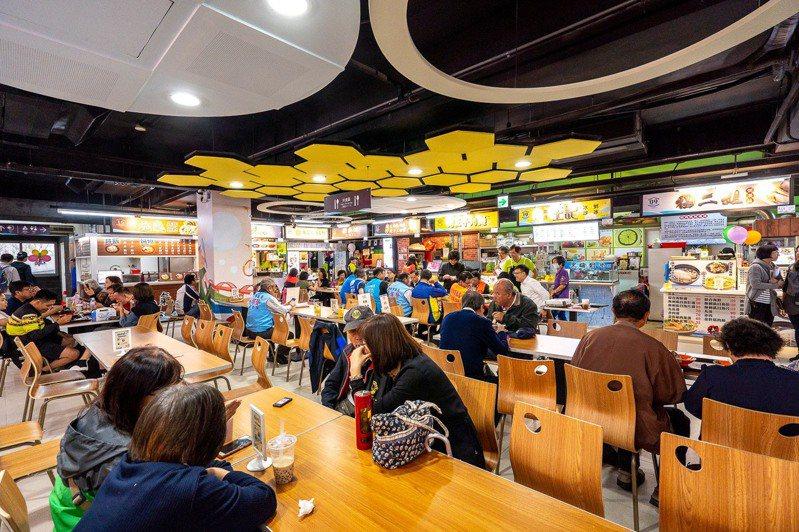 淡水中正美食廣場改建成國際美食廣場,去年11月重新開幕後,業績成長6倍。圖/新北市市場處提供