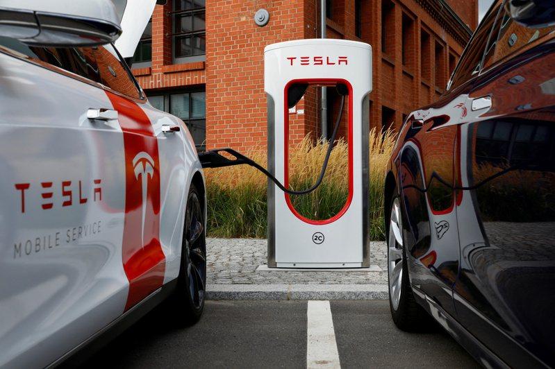 「美國雙A」與特斯拉較勁電動車市,激勵台廠供應鏈全面爆單,相關概念股成為投資人關注焦點。(路透)
