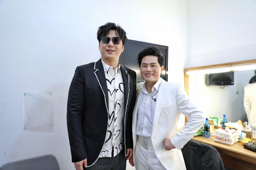 蘇明淵(右)邀到同是歌王的蕭煌奇擔任嘉賓。圖/紅豆娛樂提供