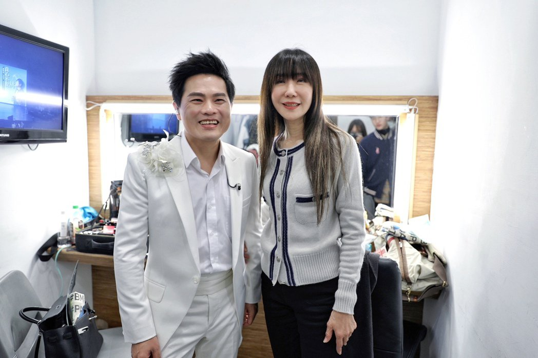 蘇明淵與前老闆金瑞瑤在演出後台相見歡。圖/紅豆娛樂提供
