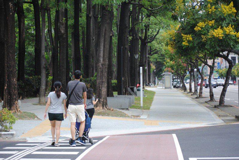 台中市府「台中之心」串起7條園道及7座公園,改善市區人行、自行車道空間。圖/台中市府提供