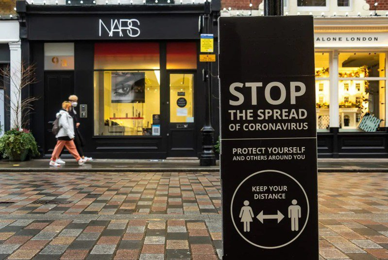 在進入第四級緊戒的倫敦街頭,人煙稀少,處處可見新冠肺炎宣導標語。圖片來源:Shutterstock
