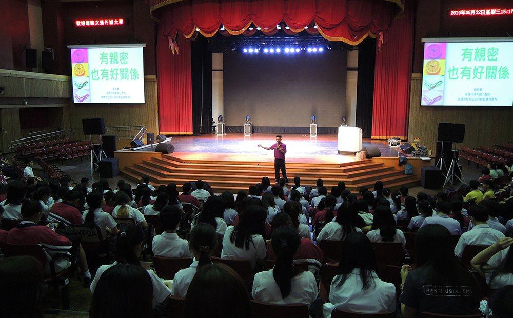 劉育豪常常受邀至各學校演講,用自然健康的態度大方與學生談性。 圖/劉育豪提供
