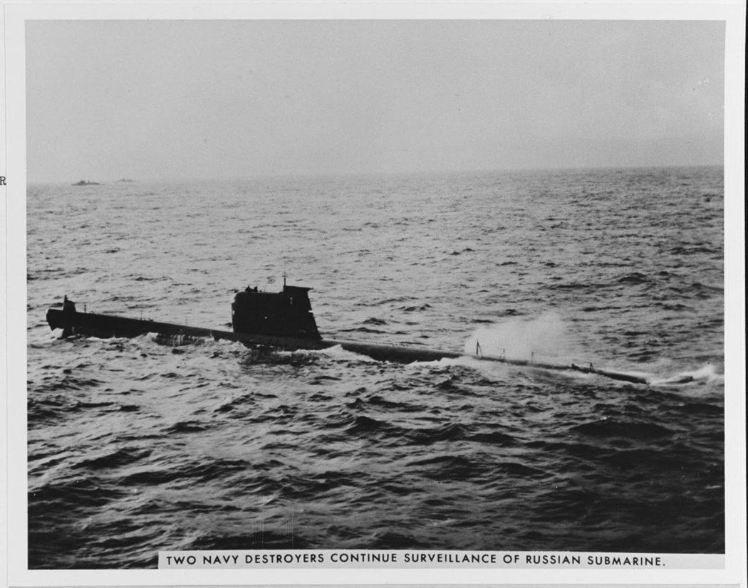 古巴危機中,遭到美國海軍標定並逼迫浮出水面的蘇聯潛艦。美國海軍在這場事件中強硬封...