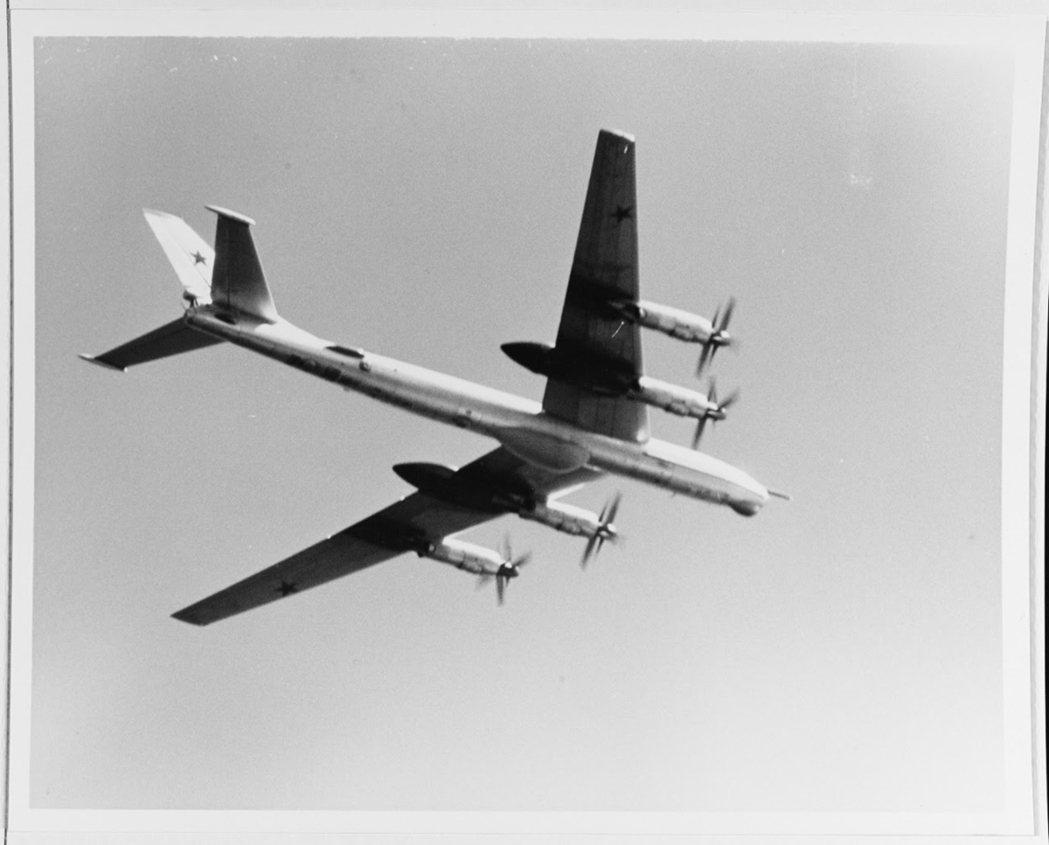 在「海洋70」演習中出現在菲律賓海的Tu-95RT雷達標定機,這種飛機在機腹裝有...