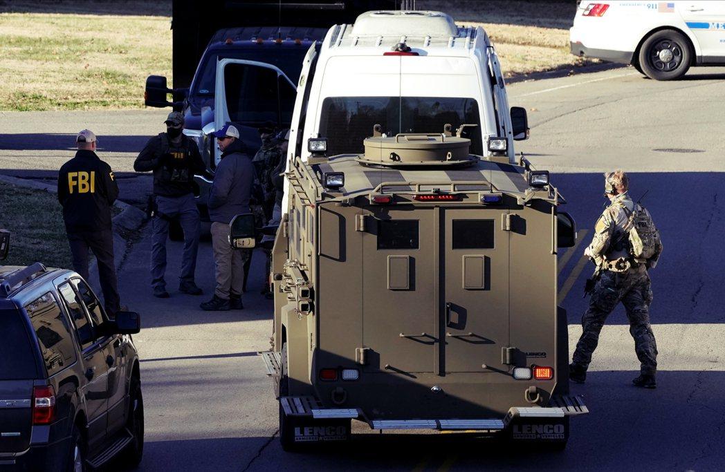 目擊員警表示,這輛露營車之所以「看起來很詭異」,是因為車上沒掛車牌、包括前擋在內...