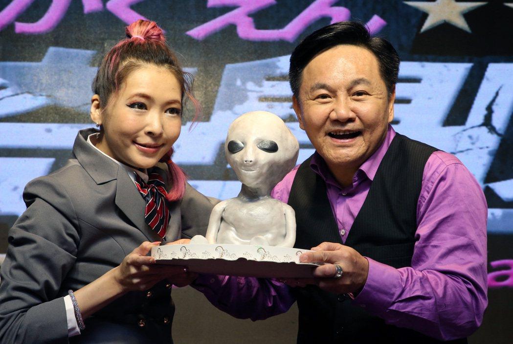 資深媒體人眭澔平(右)和女星川島茉樹代(Makiyo,左)今天宣布共同主持網路節...