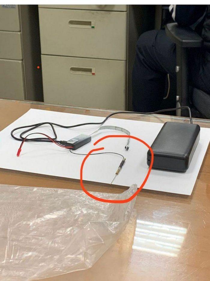 拆下後的針孔攝影機及行動電源,紅圈中細長的構造則為天線,可接收WiFi遠程觀看、備份。 圖/Dcard