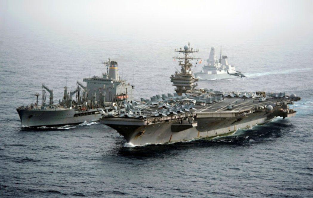 2012年與英國皇家海軍驅逐艦一同演訓的美國尼米茲級航空母艦「林肯號」。 圖/美...