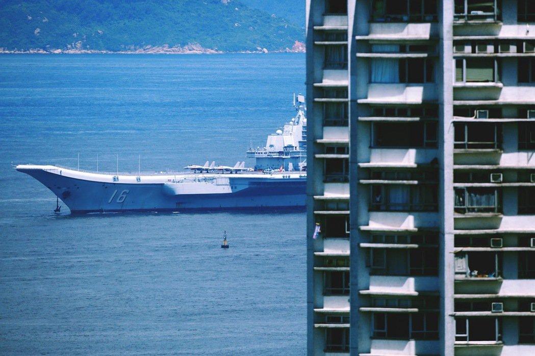 停靠香港的中國海軍航空母艦「遼寧號」。 圖/路透社