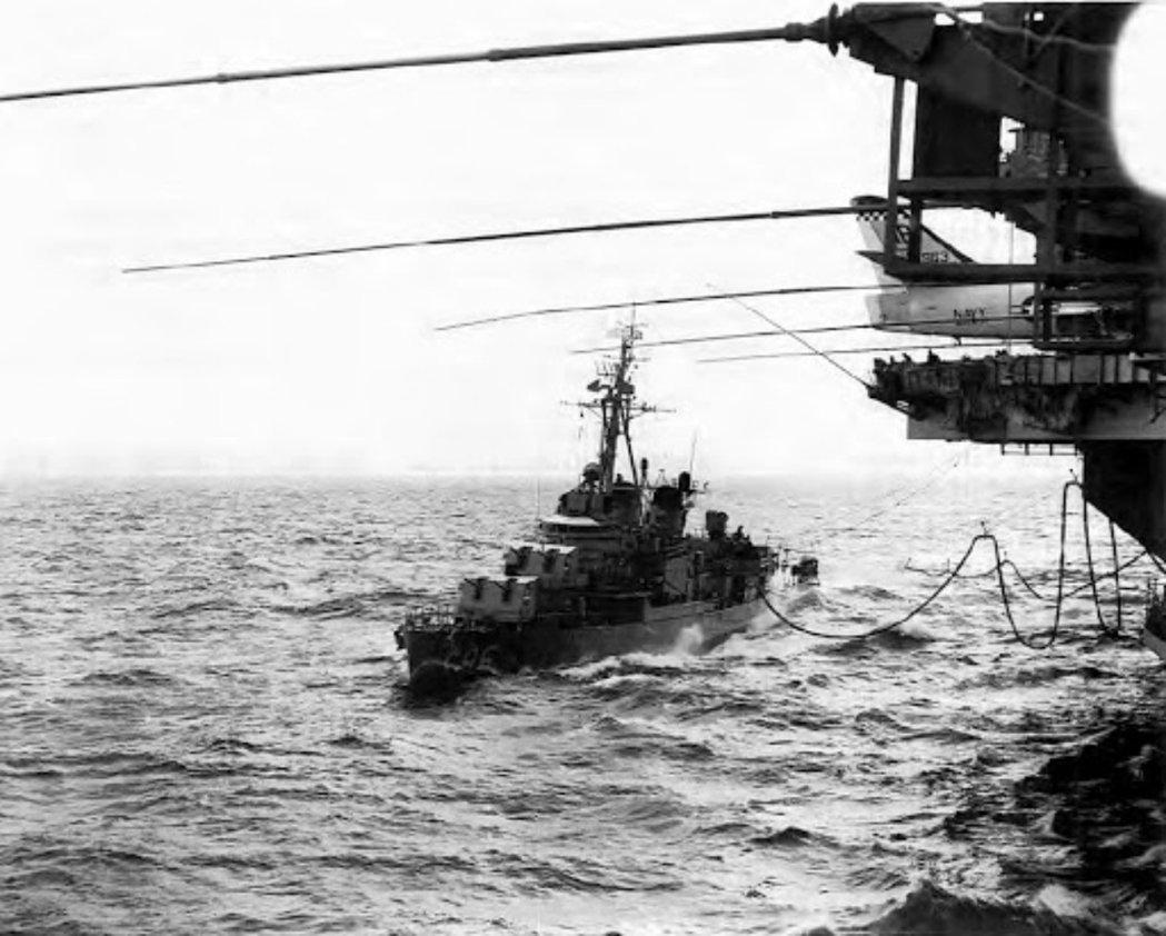 1962年古巴飛彈危機中,出動封鎖古巴、以武力威脅蘇聯船團撤退的美國海軍驅逐艦「...