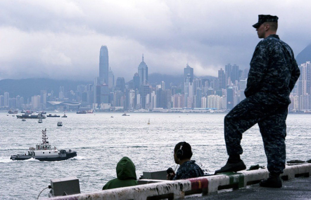 昔日停靠香港的美國海軍第七艦隊航空母艦「卡爾文森號」與他的水兵團。 圖/美國國防...