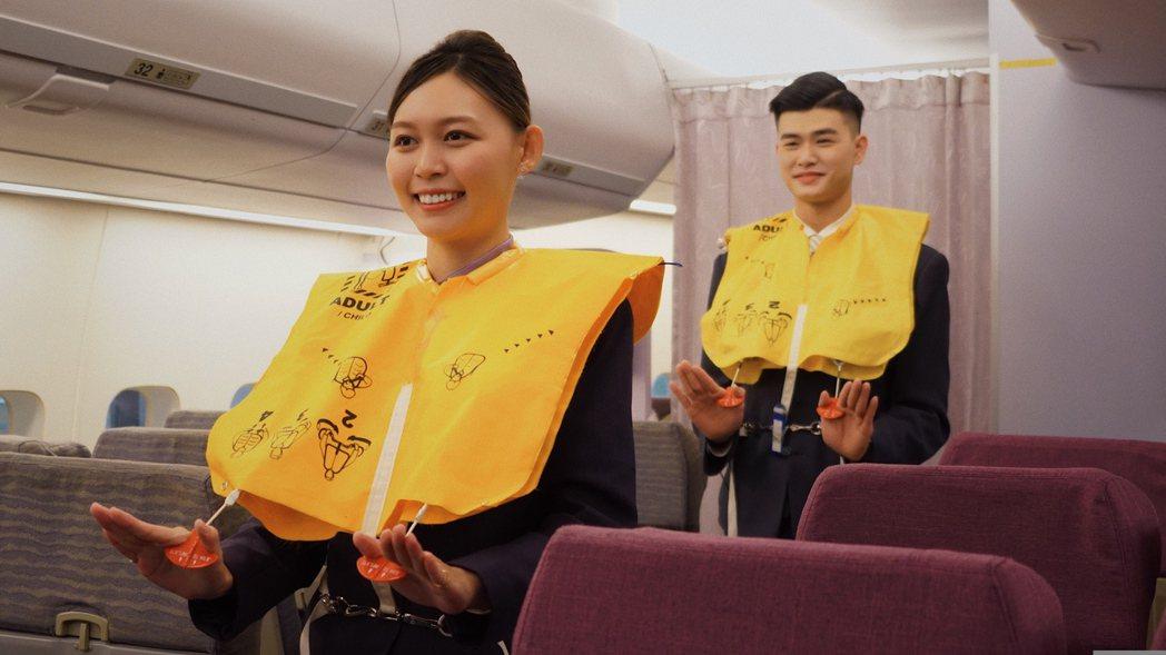 航服桌曆十月人物-學生陳燕琪(左)與蘇新航示範穿救生衣。 萬能科大/提供。