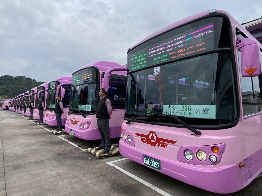 欣欣客運採購華德動能計16輛的全新電動巴士,(28日)舉行通車典禮,將配置在23...