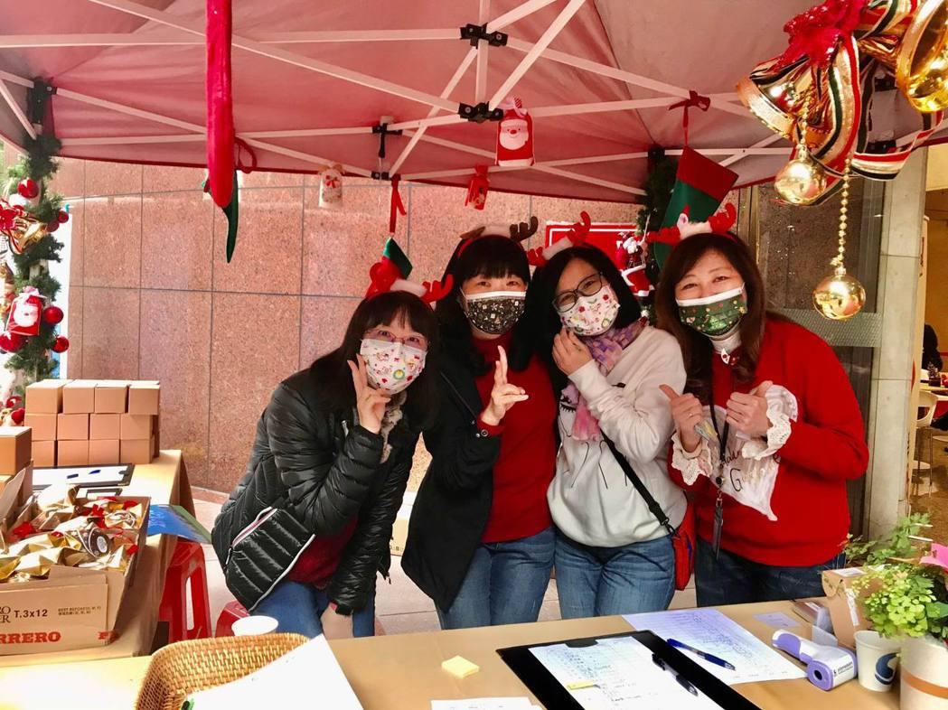 集保結算所「寒冬送暖熱血情」活動工作人員,對此次捐血活動成效大感滿意!開心合影。...