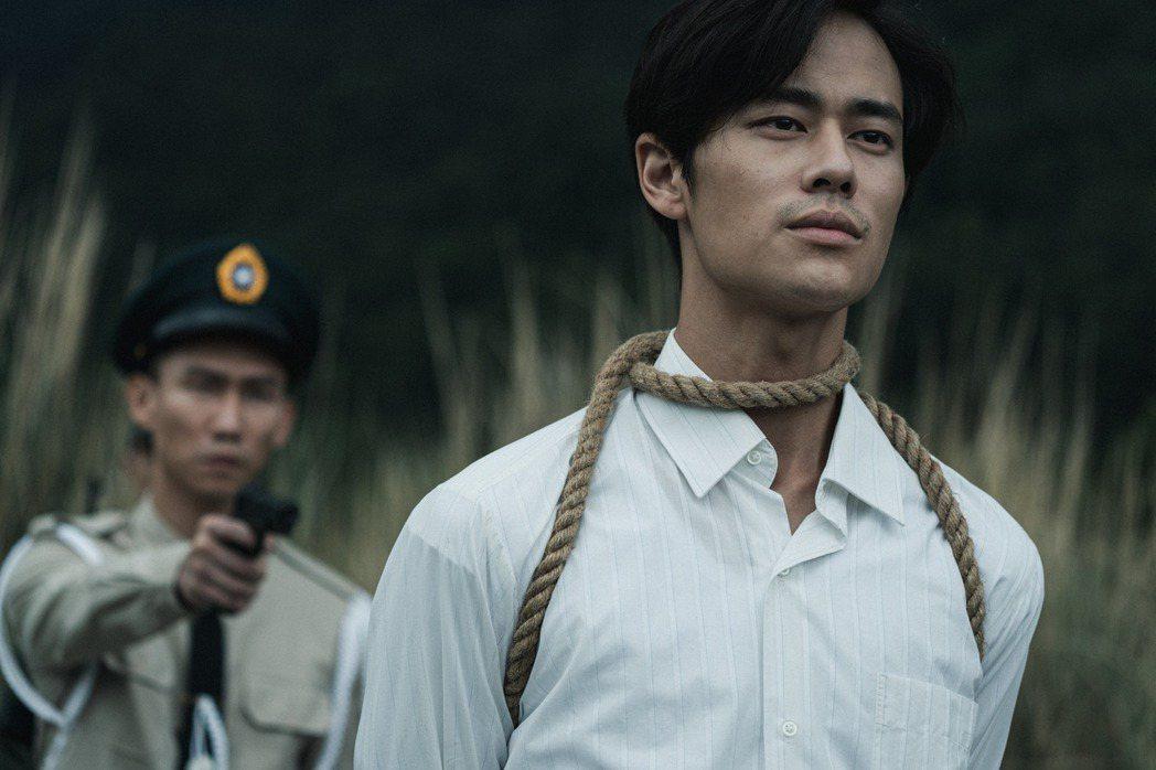 影集「返校」26日播出大結局,「張老師」夏騰宏(右)在河邊行刑前的一席話「願自由