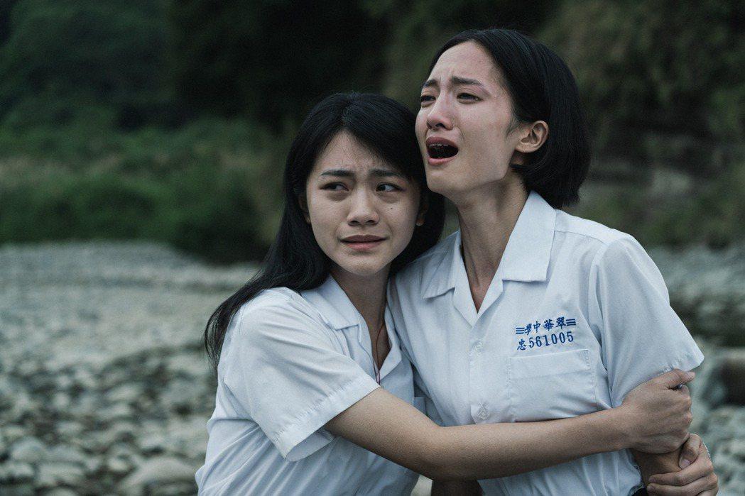 影集「返校」26日播出大結局,「學姐」韓寧(右)、「學妹」李玲葦(左)在一旁目睹...