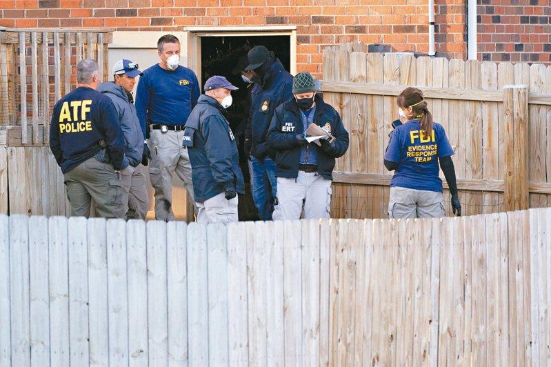 美國聯邦調查局人員廿六日搜查納許維爾市郊一棟房舍,懷疑前屋主可能是耶誕節爆炸案嫌犯。(美聯社)