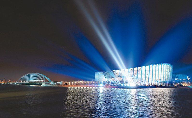 嘉義故宮南院點燈,聚光燈投射在建築體上,彷彿成為嘉南平原最明亮的珍珠。圖/聯合報系資料照片