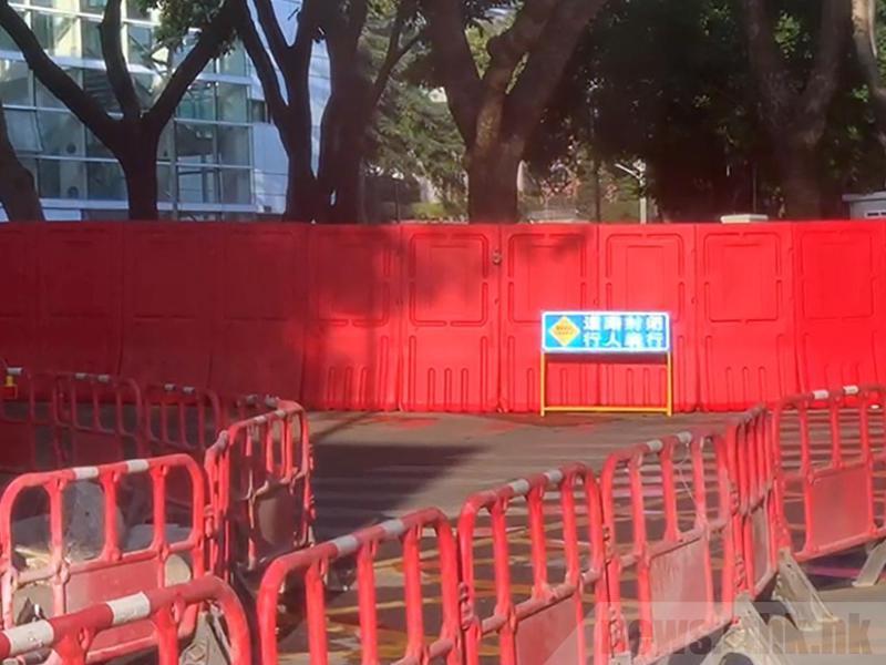 法院附近有路牌標示著「道路封閉,行人繞行」字句。(取自官方香港電台)