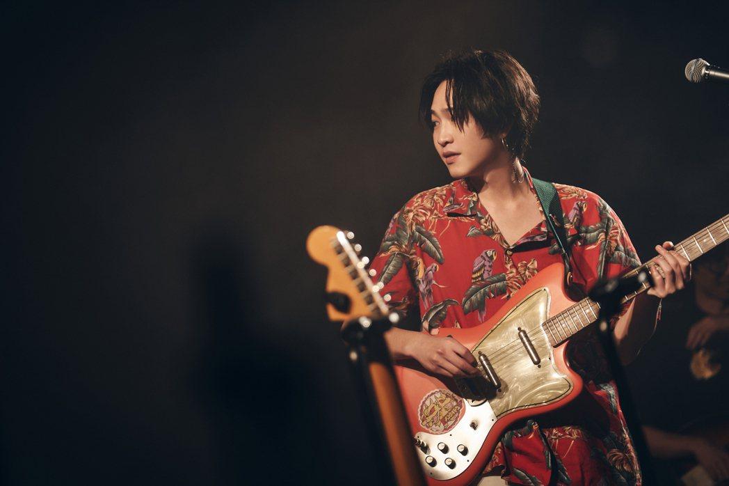 許含光背著電吉他帥氣揭開演唱會的序幕。圖/好多音樂提供
